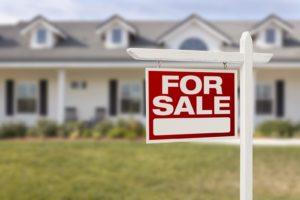 дом с табличкой продается
